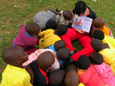 Otrokom je skupinsko prebiranje knjige in pogovor o njej zanimiva ter koristna izkušnja