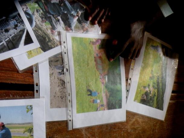Delavnice za učence: fotografije, ki prikazujejo prizore iz vsakdanjega življenja pri nas, a jih otroci v Ugandi ne poznajo