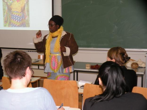 Penninah (koordinacija projektov v organizaciji UOBDU iz Ugande) na Filozofki fakulteti (oddelek za etnologijo in kulturno antropologijo) razlaga situacijo ljudstva Batwa