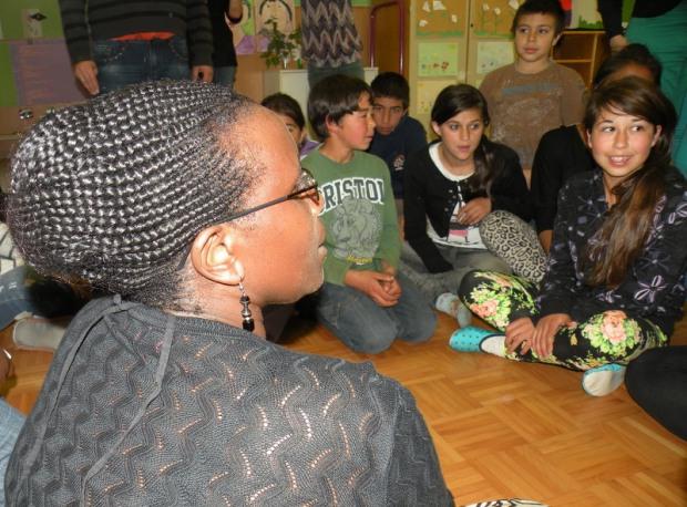 Penninah med pogovorom z mladimi Romi na Dolenjskem