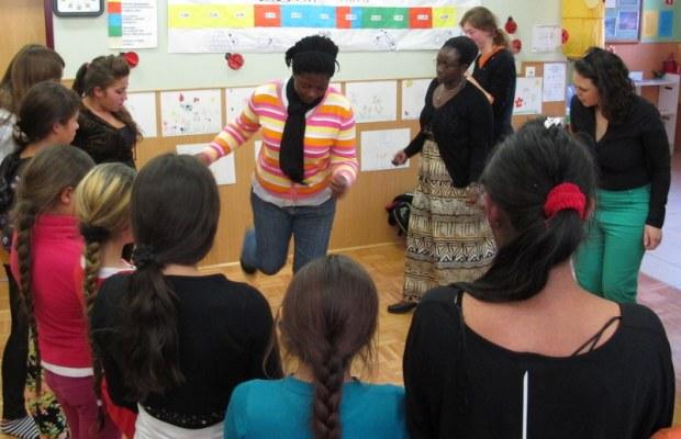 Charlotte in Penninah sta predstavili tradicionalen ples iz Ugande