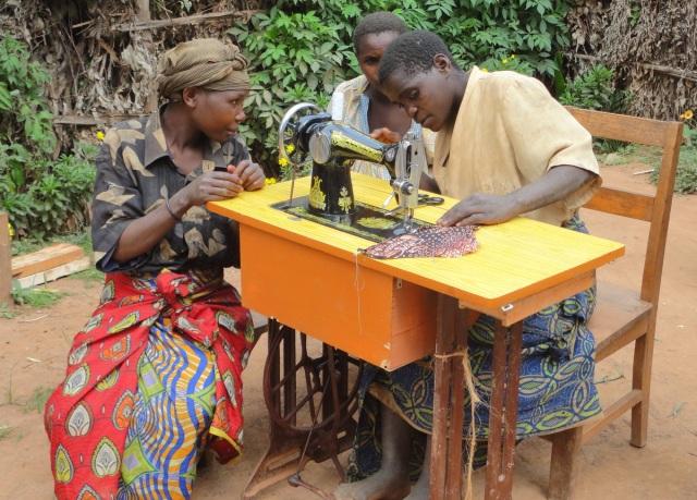Tečaj šivanja v skupnsti Makanga